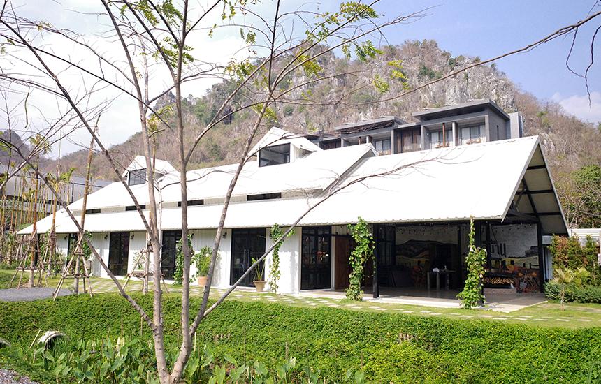 ร้านตั้งอยู่หน้าโรงแรมเดอะ เภรี เขาใหญ่ (The PERI Khao yai)