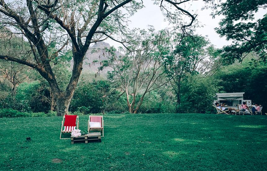 มีเปลพับให้นอนเอนกายบนสนามหญ้า